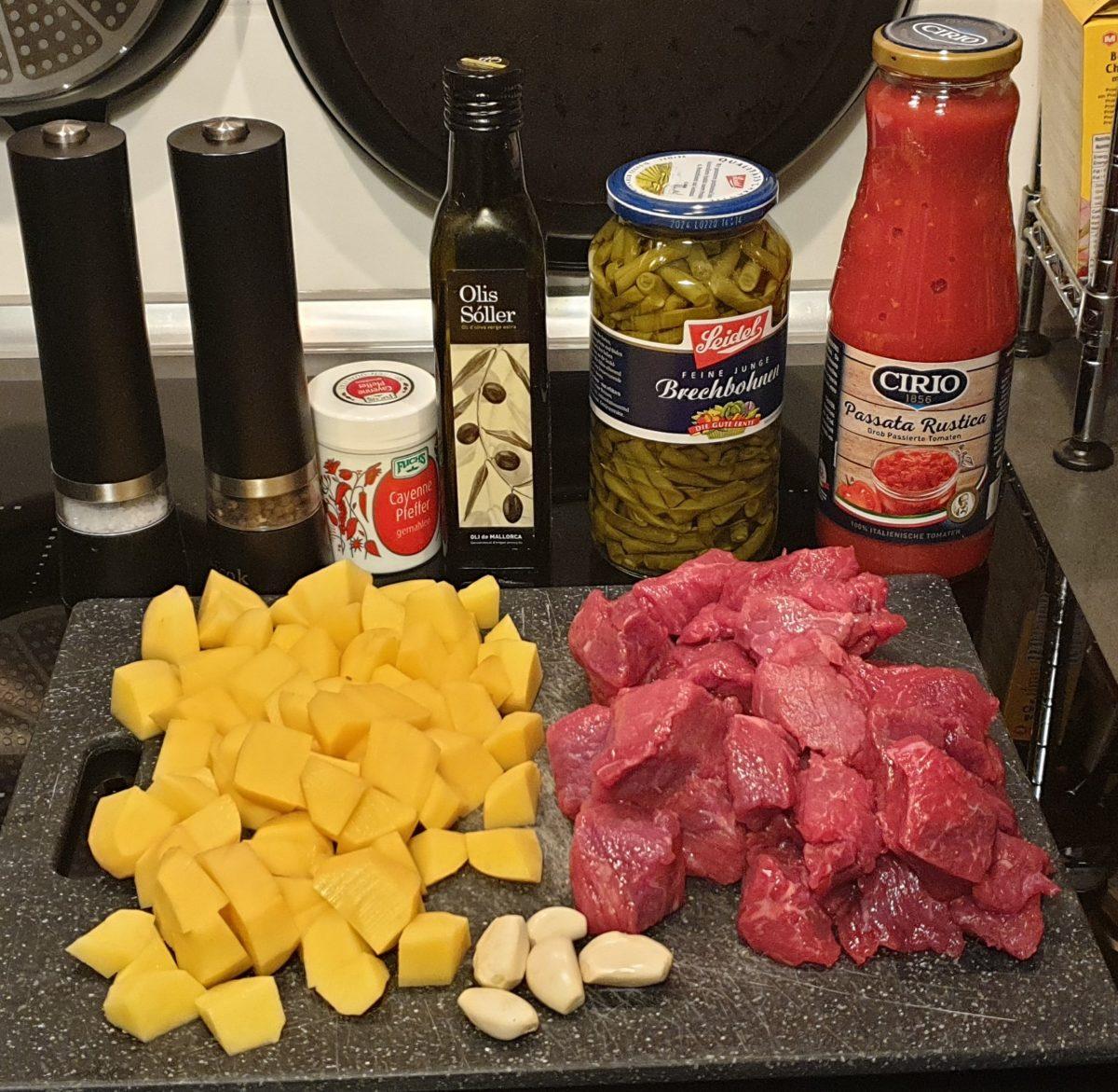 Fleischeintopf mit Kartoffeln, Bohnen und Tomaten
