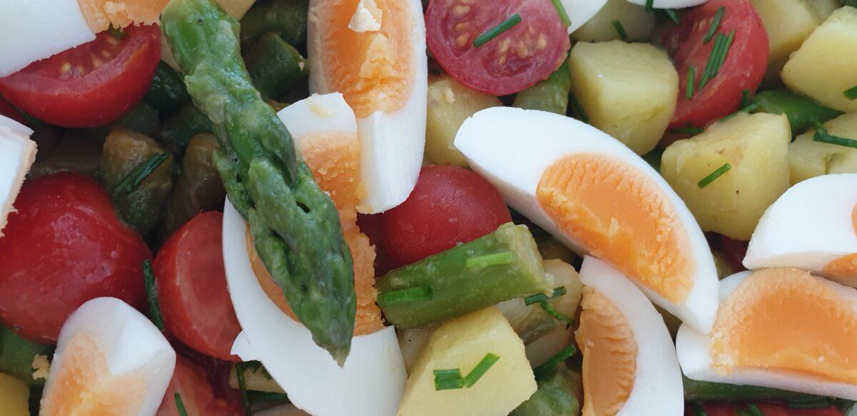 Spargel-Kartoffel-Tomaten-Salat mit Senf-Vinaigrette und Eiern