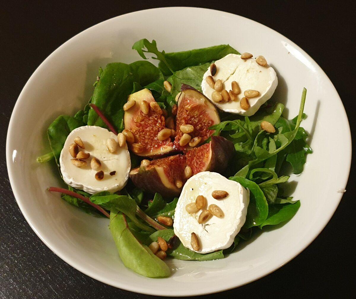 Salat mit Ziegenkäse und Feigen mit Honig-Senf-Dressing